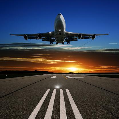Approaching「XL jumbo jet airplane landing at sunset」:スマホ壁紙(12)