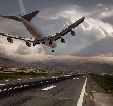 Approaching「Jumbo Jet airplane landing at dusk」:スマホ壁紙(3)
