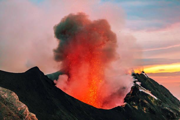 Italy, Aeolian Islands, Stromboli, volcanic eruption, lava bombs:スマホ壁紙(壁紙.com)