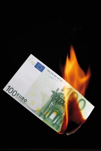 Destruction「100 euro note burning against black background」:スマホ壁紙(14)
