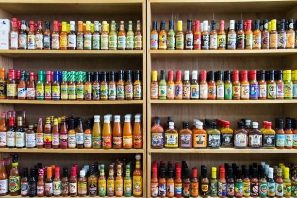 Jars of sauce on shelves in store:スマホ壁紙(壁紙.com)