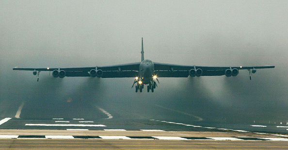 Airport Runway「U.S. Air Force B52 Bombers Take Off From RAF Fairford」:写真・画像(15)[壁紙.com]