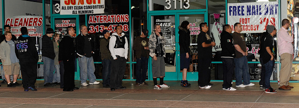 In A Row「Midnight Release Of New Call Of Duty Game Draws Crowds Of Gamers」:写真・画像(9)[壁紙.com]