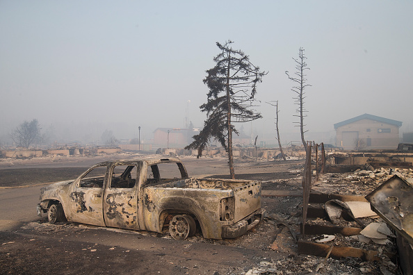 Scott Olson「Wildfire Engulfs Fort McMurray Forcing Evacuations Of 80,000 People」:写真・画像(17)[壁紙.com]