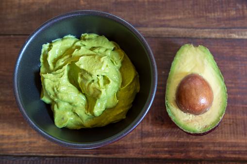 Mash - Food State「Bowl of guacamole and half of an avocado on wood」:スマホ壁紙(11)