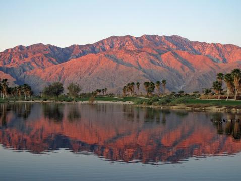 コースト山脈「ゴルフコースから夜明けまで、美しい山の日の出」:スマホ壁紙(0)
