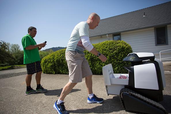 Tortilla Dish「Semi-Autonomous Robot Delivers Burritos In Oregon Town Of Philomath」:写真・画像(8)[壁紙.com]