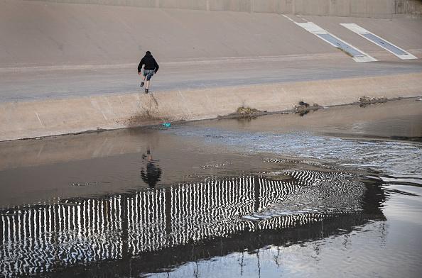 Shallow「Migrants Cross From Mexico Into U.S. Near Ciudad Juarez」:写真・画像(16)[壁紙.com]