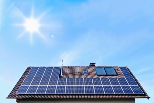 Sun「Germany, Solar panels on houseroof in front of blue sky with sun」:スマホ壁紙(1)