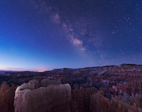 Escarpment「The rising sun begins fading away the nightime Milky Way over the needle rock formations of Bryce Canyon, Utah.」:スマホ壁紙(2)
