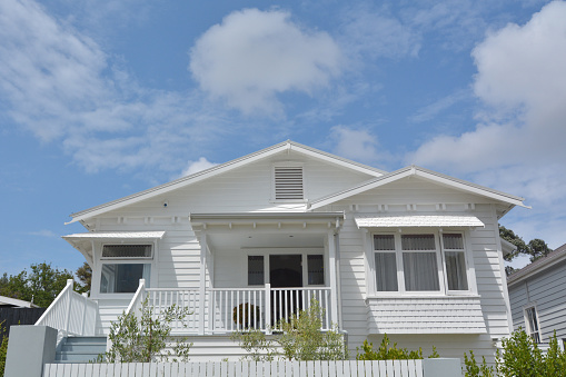 Bungalow「Front of traditional bungalow house low angle view」:スマホ壁紙(16)