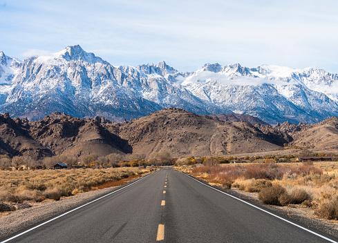 Mountain Ridge「Highway heading toward Sierra Nevada mountains covered by snow.  California, USA」:スマホ壁紙(4)