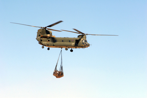 Helicopter「A CH-47 Chinook of the Royal Air Force transports a sling load of pallets.」:スマホ壁紙(0)