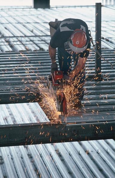 Industry「Worker cutting steel panel with circular saw.」:写真・画像(0)[壁紙.com]