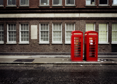 Side By Side「Phone booths by building in London」:スマホ壁紙(4)