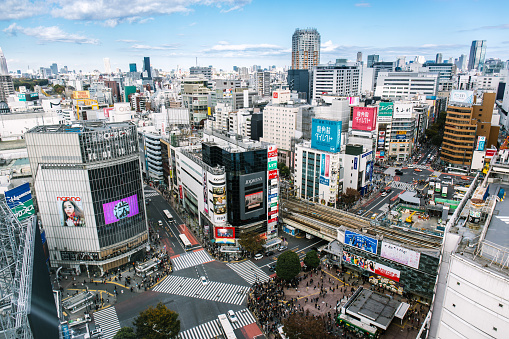 Wide Shot「Busy Streets in Tokyo and the view of Shibuya Crossing/ Tokyo, Japan」:スマホ壁紙(10)