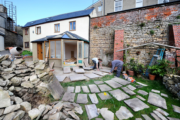 Planning「Builders lay out natural stone slabs in planning a patio, Gloucestershire UK」:写真・画像(5)[壁紙.com]