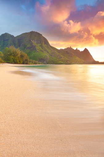 Volcanic Rock「sunset on the north shore of kauai-tunnels beach, hawaii」:スマホ壁紙(4)