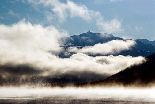 クルエーン山脈「Kluane Mountains framed by drifting cloud.」:スマホ壁紙(1)