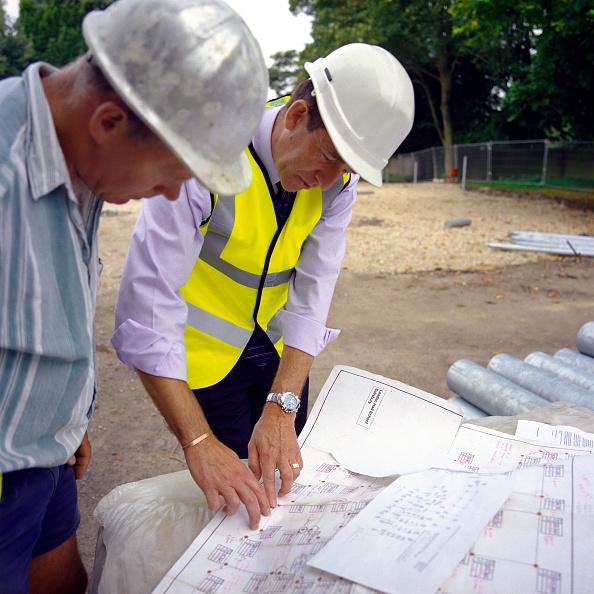 Financial Figures「Building technicians looking at plans, Housing development, England.」:写真・画像(18)[壁紙.com]
