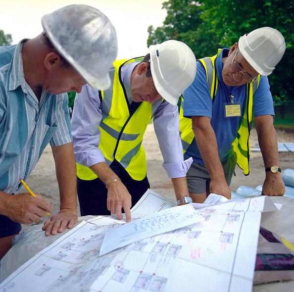 Engineering「Building technicians looking at plans, Housing development, England.」:写真・画像(6)[壁紙.com]