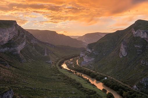 Mexico「View of Nazas River at sunrise in area of Canon de Fernandez in Durango, Mexico」:スマホ壁紙(14)