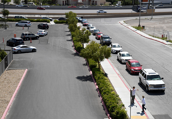 In A Row「Las Vegas Residents In Need Pick Up Goods At Local Food Bank Drive-Thru Distribution」:写真・画像(5)[壁紙.com]