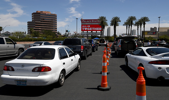 In A Row「Las Vegas Residents In Need Pick Up Goods At Local Food Bank Drive-Thru Distribution」:写真・画像(6)[壁紙.com]