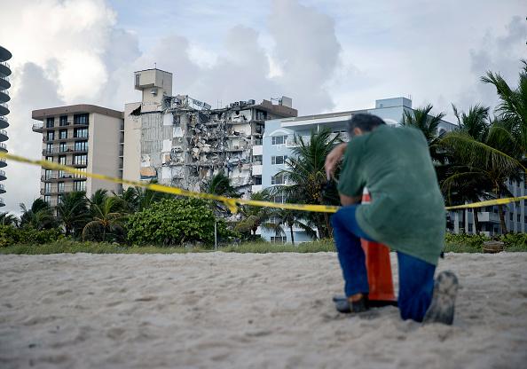 高層ビル「Dozens Presumed Missing After Residential Building In Miami Area Partially Collapses」:写真・画像(9)[壁紙.com]