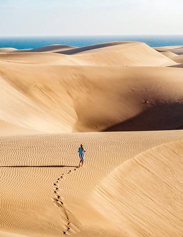 Dry「Lost deep in the sand dunes in Sahara desert」:スマホ壁紙(14)