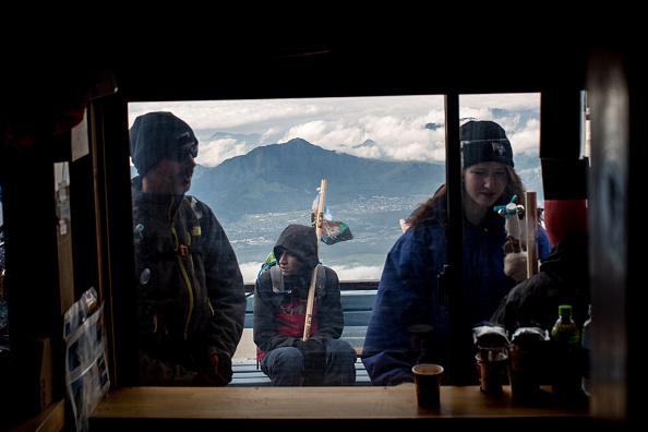 Mount Fuji「Mount Fuji Climbing Season Begins」:写真・画像(11)[壁紙.com]