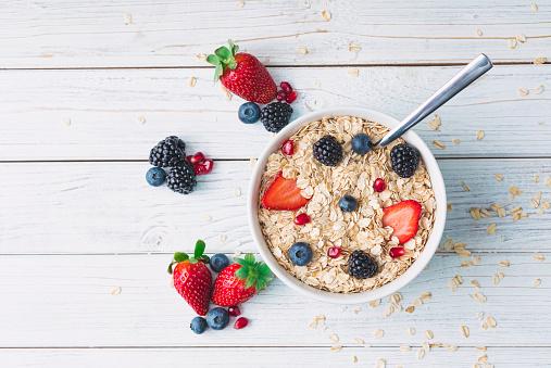 Breakfast「Healthy breakfast with muesli and berries」:スマホ壁紙(9)