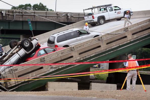 Bridge - Built Structure「Major Freeway Bridge Collapses In Minneapolis During Rush Hour」:写真・画像(10)[壁紙.com]