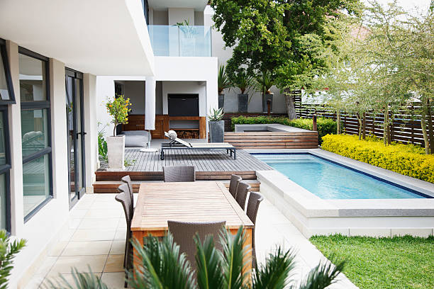 Modern patio next to swimming pool:スマホ壁紙(壁紙.com)