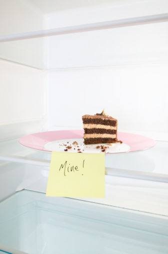 Adhesive Note「Slice of chocolate cake in fridge」:スマホ壁紙(19)