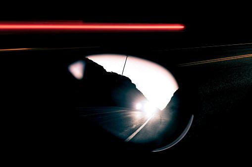 Driving「Bright headlights in rear view mirror at dusk」:スマホ壁紙(14)