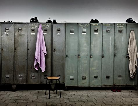 Locker「Towels hanging from lockers in locker room」:スマホ壁紙(10)