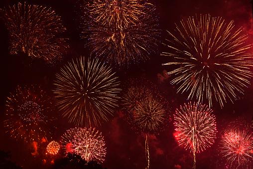 花火「Fireworks exploding in red sky」:スマホ壁紙(19)