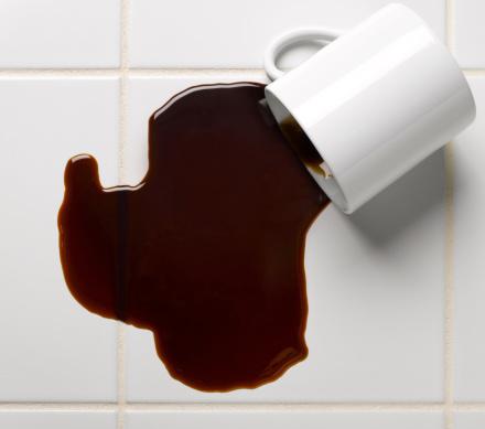 Spilling「Spilled cup of coffee on tile floor, studio shot」:スマホ壁紙(19)