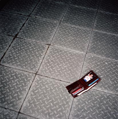 Wallet「Wallet lying open on pavement」:スマホ壁紙(4)