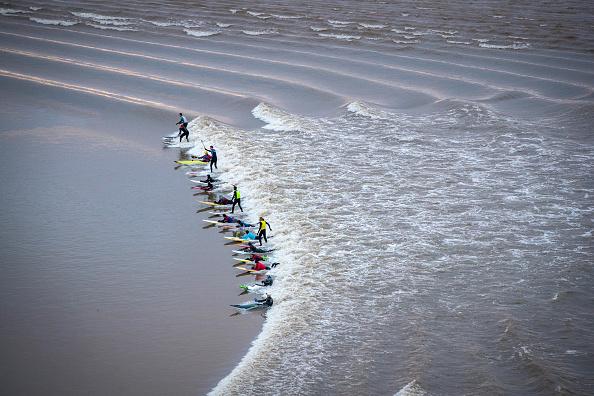 Matt Cardy「Surfers Ride The Severn Bore」:写真・画像(19)[壁紙.com]