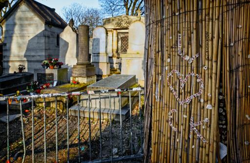 Singer「Pere Lachaise Cemetery in Paris, France」:スマホ壁紙(15)