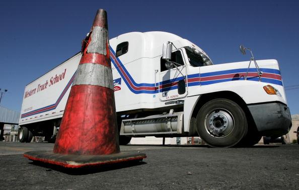 Semi-Truck「Trucking Industry Experiences Labor Shortage」:写真・画像(8)[壁紙.com]
