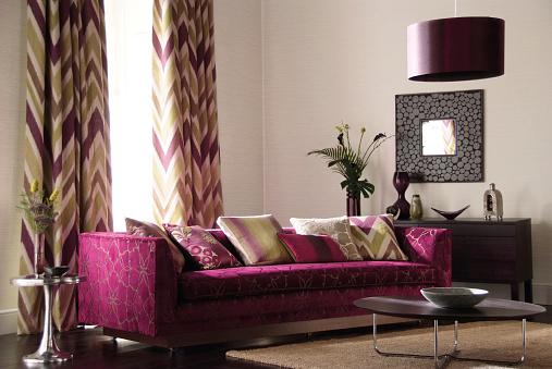 ピンク色「内側の 3 人掛けのソファーを備えたリビングルーム」:スマホ壁紙(4)