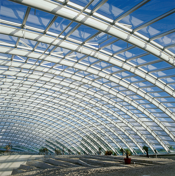 Curve「Interior of largest glass span roof: Great Glass House, National Botanic House of Wales Carmarthenshire, Wales, United Kingdom Designed by Norman Foster and Partners」:写真・画像(4)[壁紙.com]