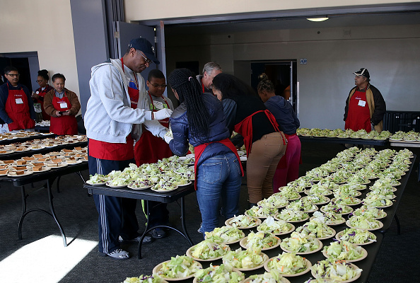 Salad「Bay Area Charities Feed The Needy Ahead Of Thanksgiving」:写真・画像(19)[壁紙.com]