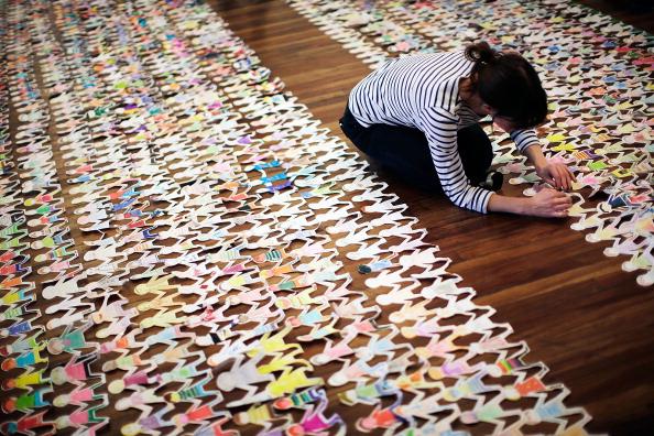 Effort「Guinness World Record Attempt For Longest Chain Of Paper Dolls」:写真・画像(17)[壁紙.com]