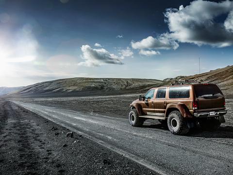 Approaching「Off -road car in icelandic landscape, Iceland」:スマホ壁紙(3)