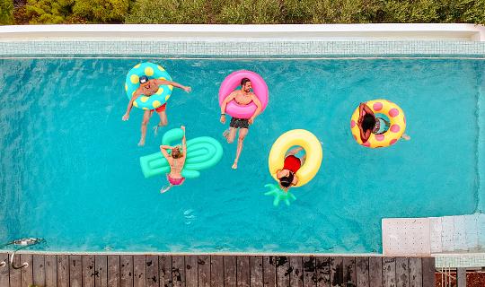 大人「プールでインフレータブル リング上で楽しんで友達」:スマホ壁紙(14)