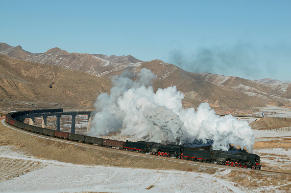 Mountain Range「Two ex China Railway QJ Class 2-10-2s cross the famous curved viaduct at Simingyi with an east bound freight in March 2004.」:写真・画像(18)[壁紙.com]